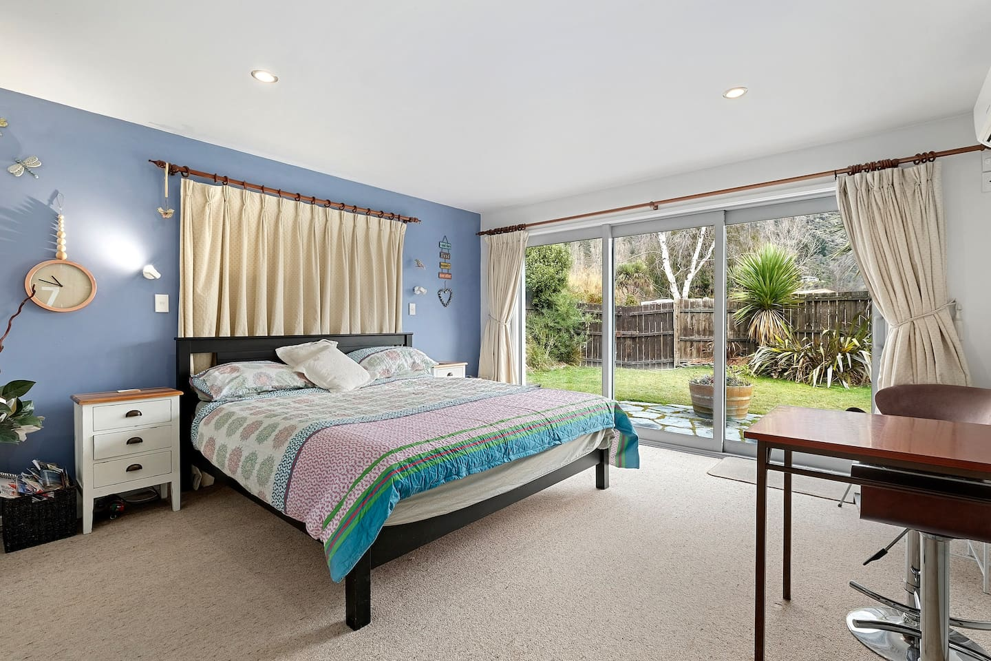 Super calm, super cosy, super-king bed, New Ecosa mattress (firm). Spacious room, aircon, outdoor space. Relax and enjoy!