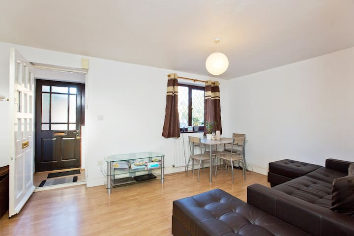 Cosy double room- 25 minutes city of London
