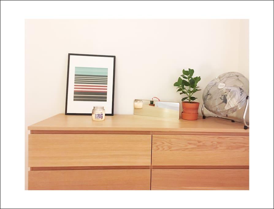Nombreux rangements. Un bureau vient également d'être installée dans la chambre.