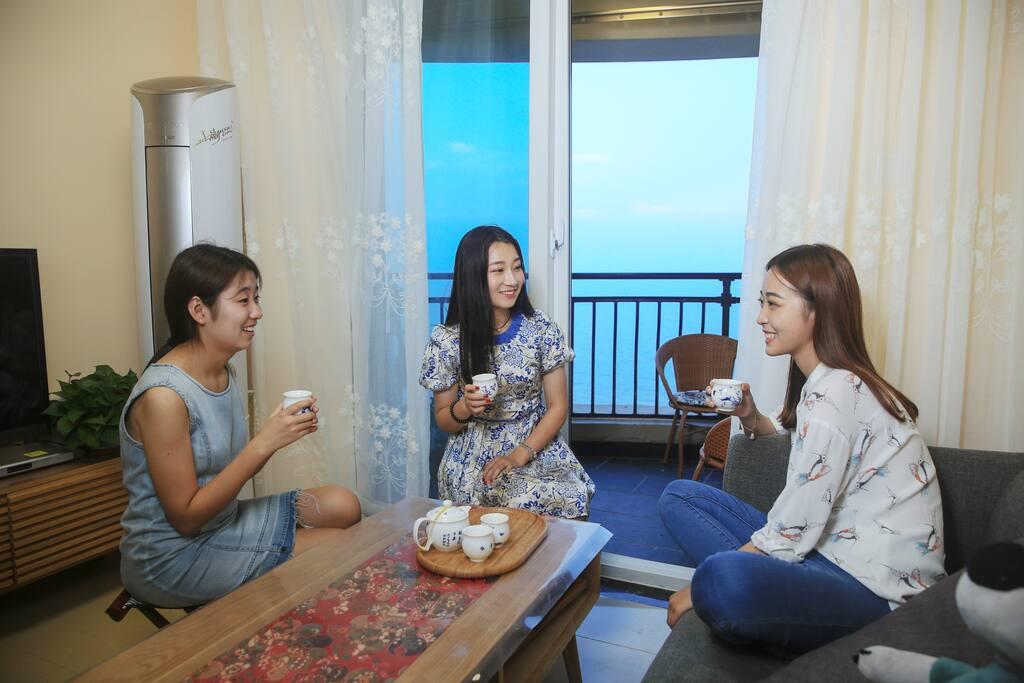 客厅,配有有线液晶电视,可看海喝茶