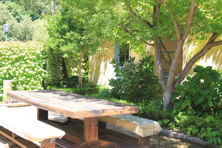 Spacious Byng Street Studio set in Garden Retreat