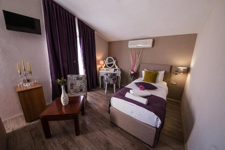 Hotel Ideal *Single Room*