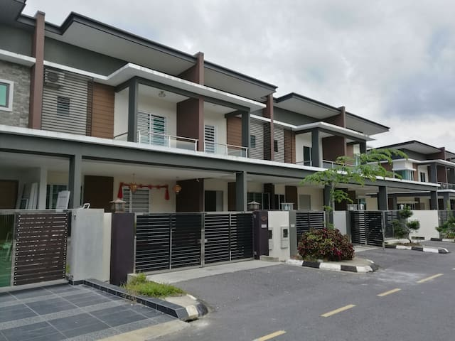 HOME STAY-PEARL AVENUE(高级民宿双层排屋) - Kuching - House