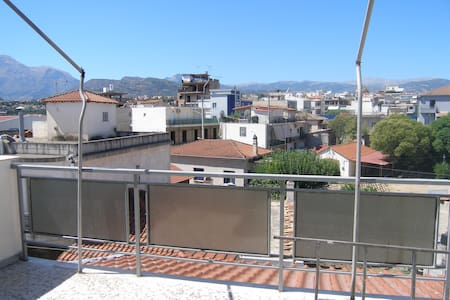 Renovated airy little penthouse - Aigio - Apartamento