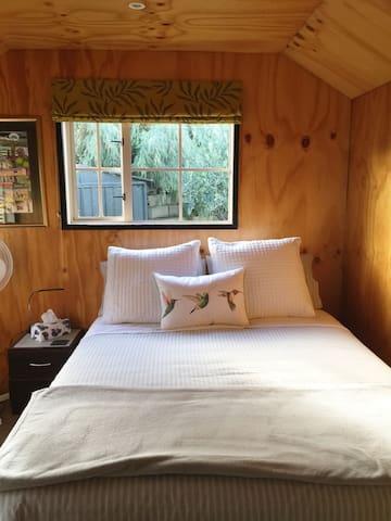 Cozy cabin in garden setting-5 minutes to Wanaka