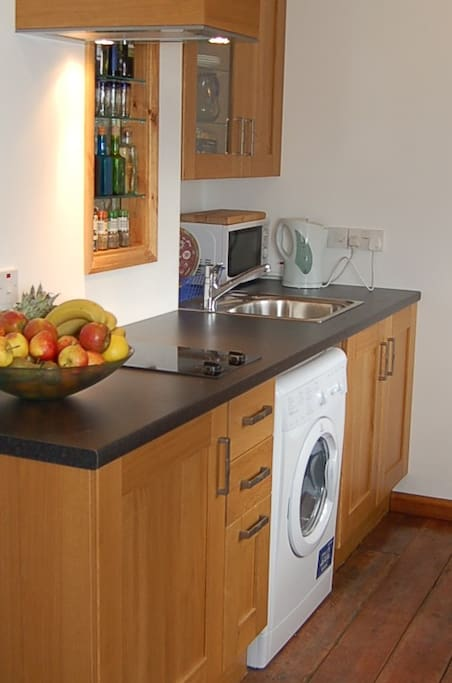 Fitted kitchen with washer/dryer, fridge/icebox, microwave oven, toaster, kettle. Halogen oven available on request.