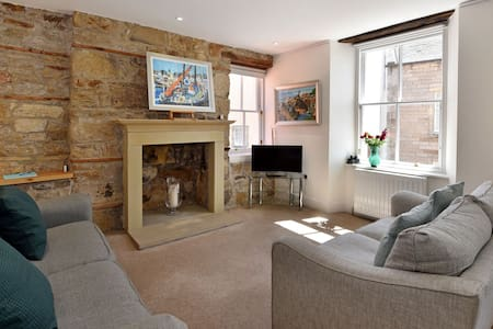 House on the Harbour, family home in seaside town of Pittenweem - sleeps 6 (8 with use of sofabed for small fee)