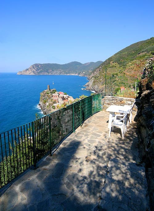 Room with seaview terrace3 vernazza apartments for rent for Hotels in cinque terre