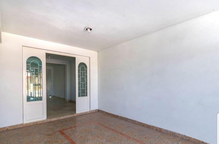 Hermosa casa, como nueva y muy amplia.