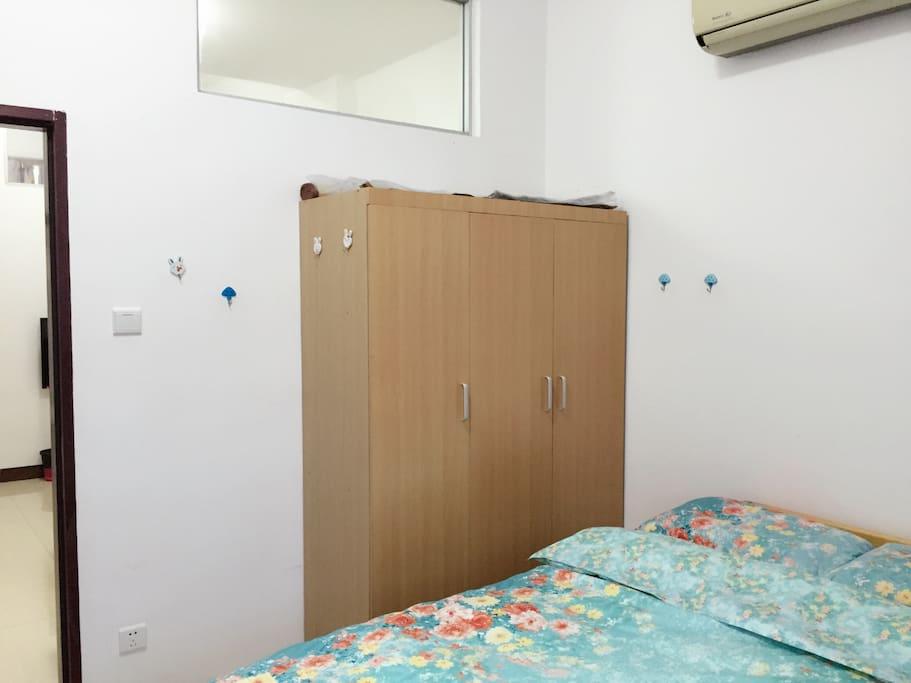 卧室一,大窗,大衣柜