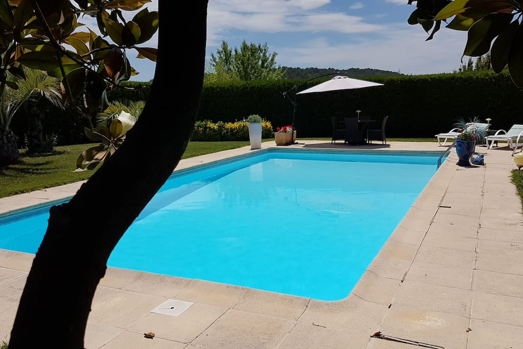 Villa lumineuse plain pied avec grande piscine h user for Piscine 12 pieds