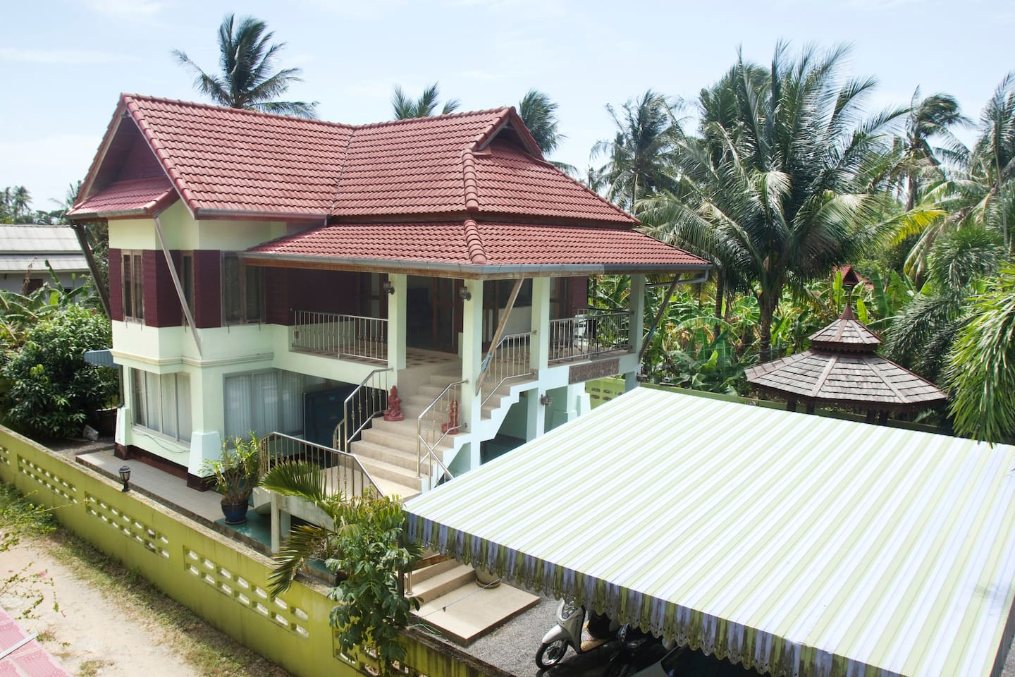 Butterfly Villa is located in a green setting, surrounded by walls and just 300 m from the beach.