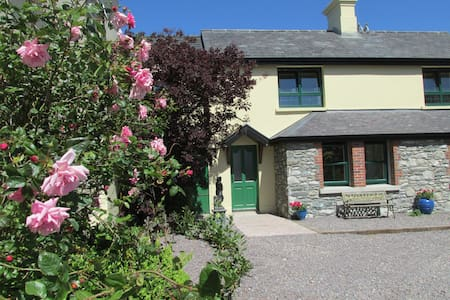 Courtyard cottage overlooking lakes, Killarney - Stuga