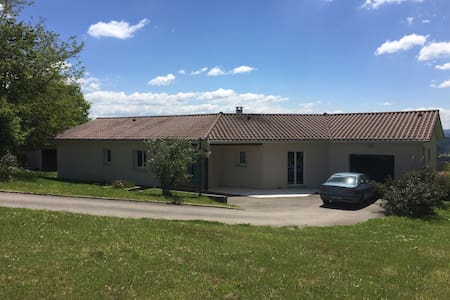 Maison avec belle vue sur la vallée de Maurs.