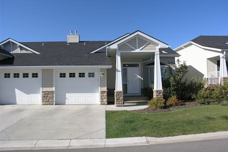 Country feel in a quiet community! - Okotoks - Rumah