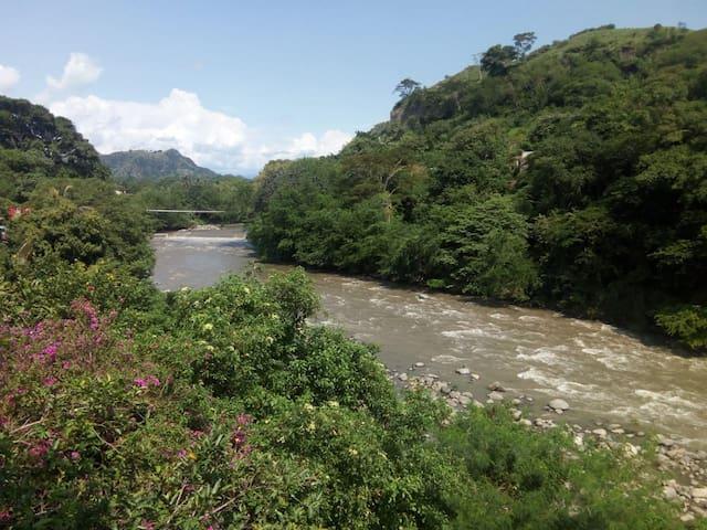 Río Gualí en la mañana, visto desde la terraza.