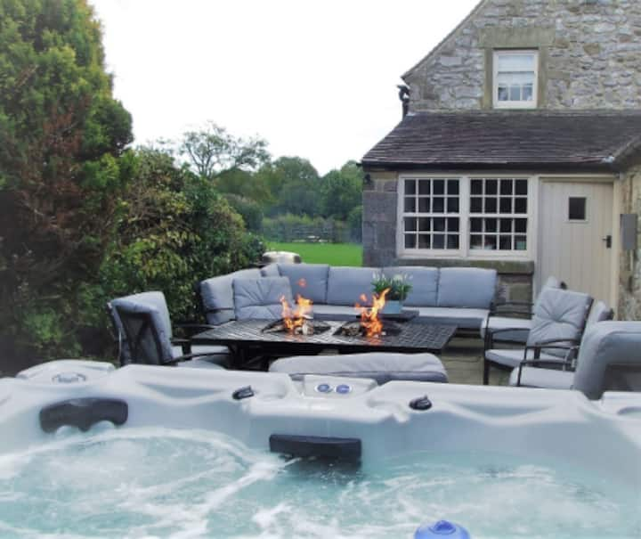 The Manor - Grade II listed farmhouse with hot tub