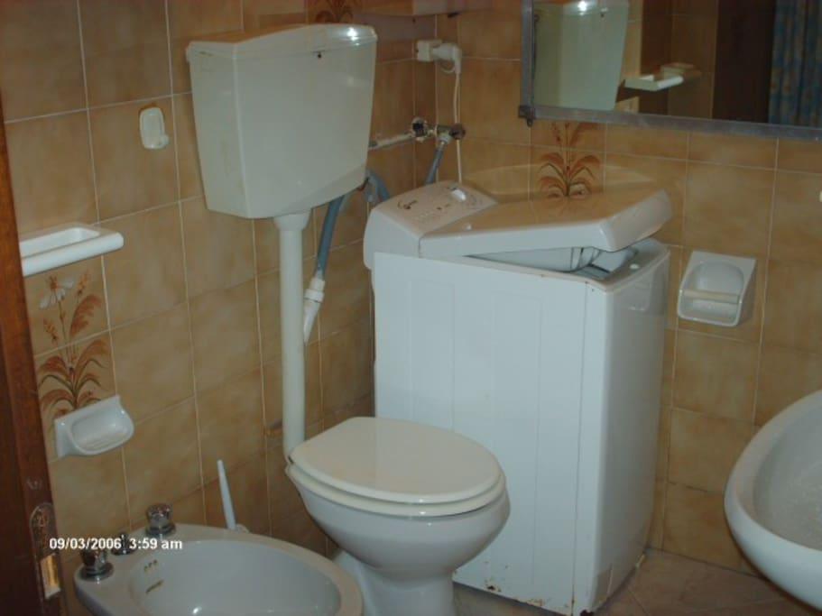 bagno con all'interno la lavatrice