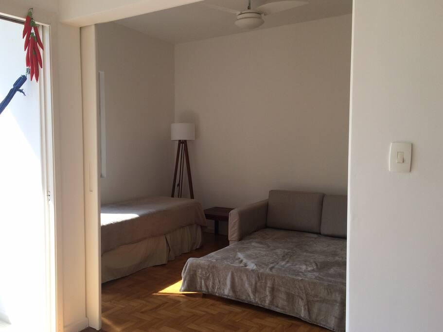 Quarto 1 Visto da sala com sofá cama aberto