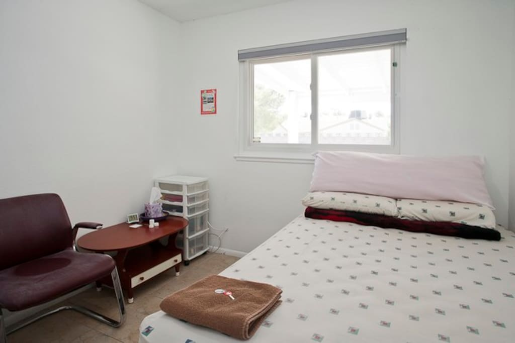 Bedroom 3 (B3): 10' x 10' (100 sq ft), has a full-size bed