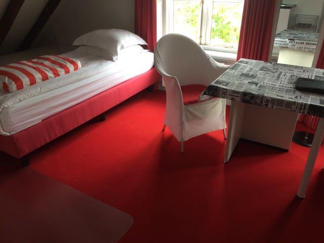 Moderne rode studio van hoge kwaliteit