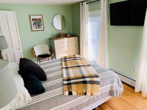 2 room suite for 4 w/priv bath, walk to Ommegang