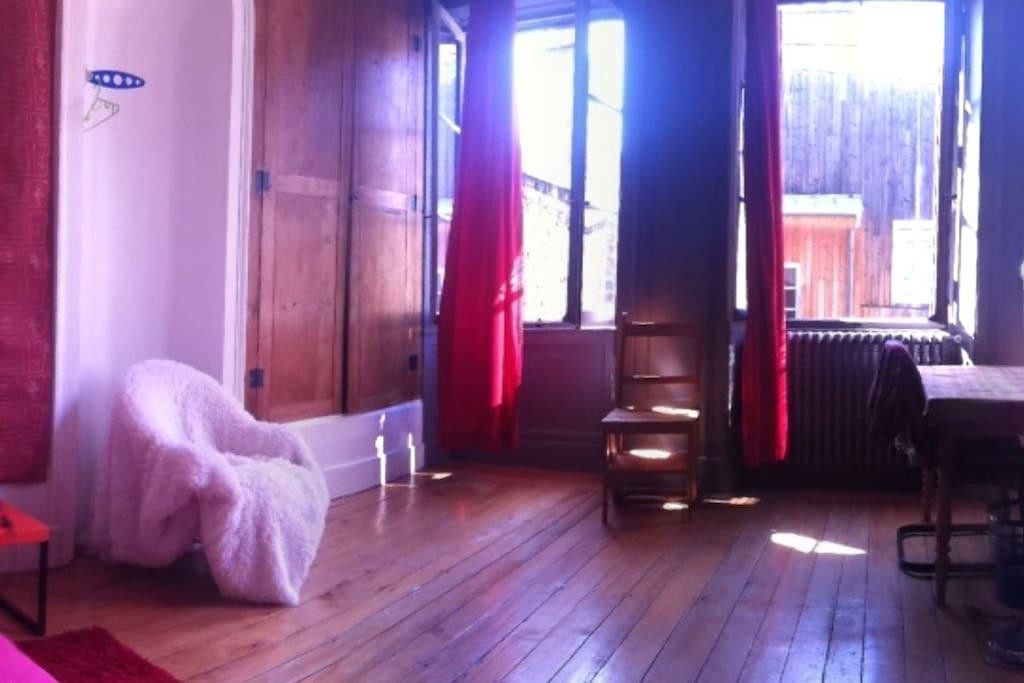 chambre lumineuse au coeur m me de la ville appartements louer besan on bourgogne franche. Black Bedroom Furniture Sets. Home Design Ideas
