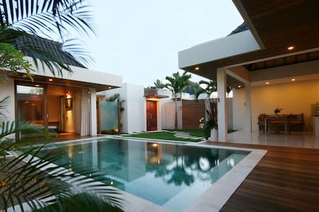Heart of Seminyak-5min to Beach No1