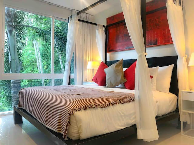 Master bedroom with king size four poster bed