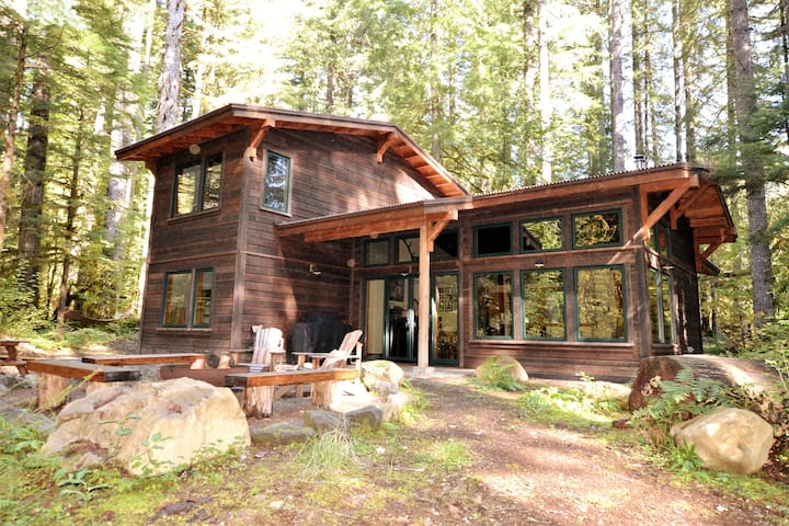 Waterfront Mtn Retreat, BBQ, Fire pit, Hot tub!