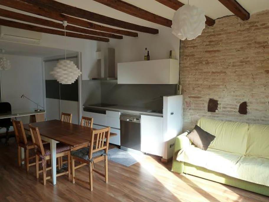 Living room, kitchen, study / Salon, cuisine, étudier / Salón, cocina, estudio / Sala d'estar, cuina, estudi.