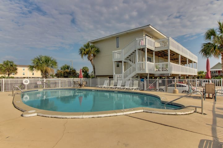 Convenient oceanview retreat with shared pool - close to the beach and shops