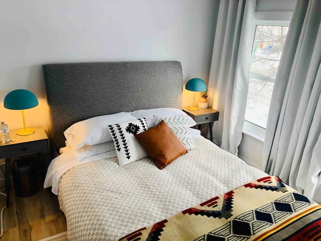 Bright Downtown Guest Suite - No Cleaning Fee!
