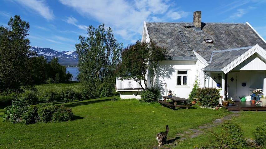 Villa  with amazing sea view 12 minutes to Tromsø