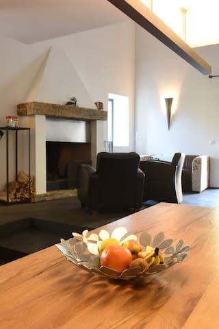 Esstisch und Wohnraum mit Cheminée