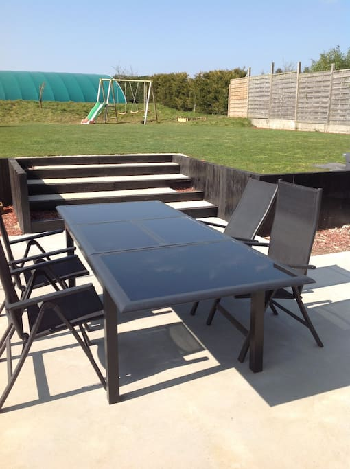 terrasse avec table de jardin