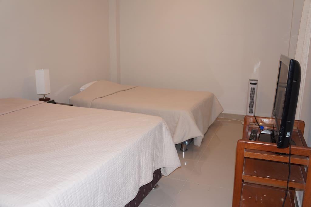 Habitación cama doble, cuenta con dos camas,  Tv. pantalla plana, con cable, wi-fi, baño independiente.