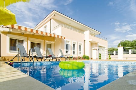 VILLA MILLA with private pool, jacuzzi, gym, max 8 - Srinjine