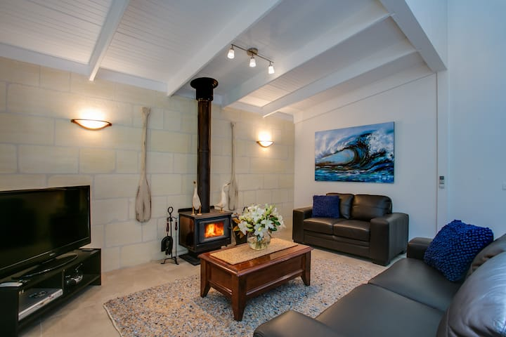Ultra modern story-book cottage at Hidden Treasure