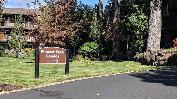 Walk to downtown Bend or stroll river trail condo!