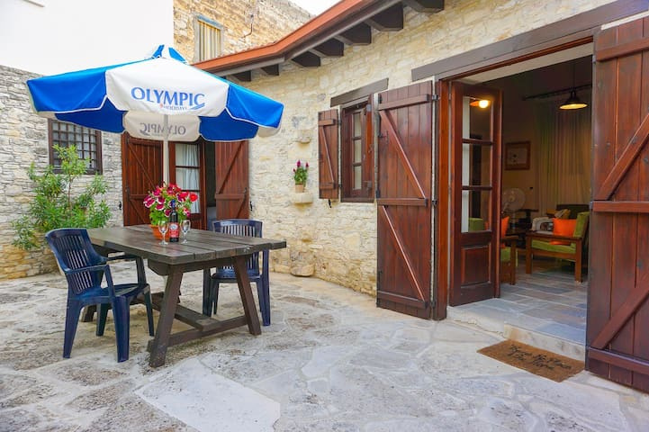 Pantelis Traditional Two Bedroom House - Omodos - Haus