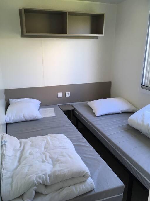 Deux chambres avec des lits simples