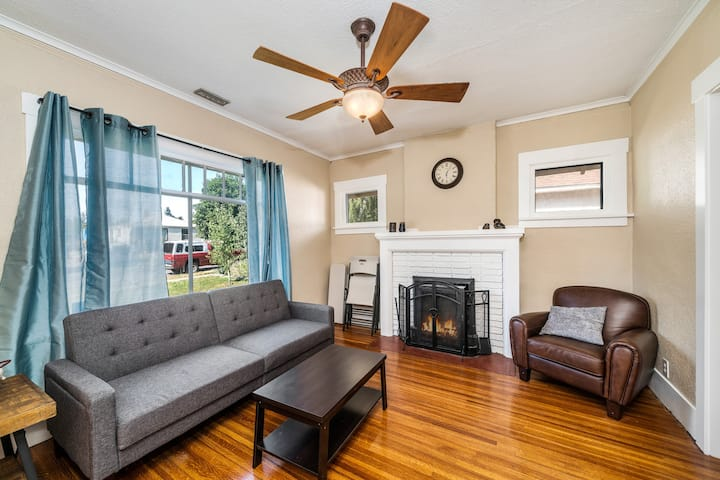 Cozy House! Short drive to downtown!