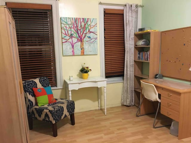 Furnished room for girl in Astoria-15mins to city