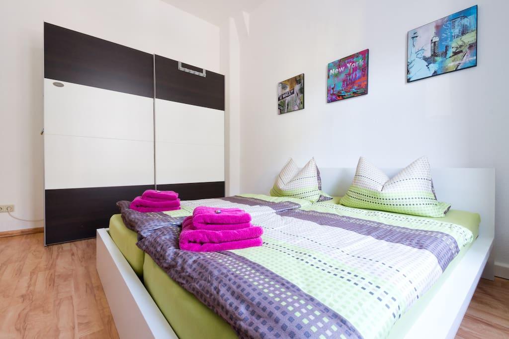 Schlafzimmer mit Doppelbett (1.80m x 2,00m)
