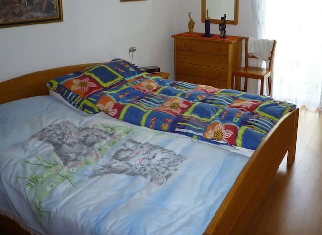 Schlafzimmer 1 mit einem Doppelbett und Schreibtisch