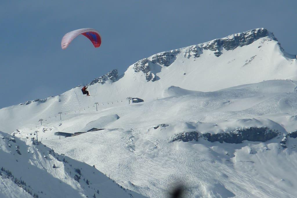 Paraglider vor La Siala im Skigebiet 5 Minuten vom Casa Gerry - Paraglider in front of La Siala