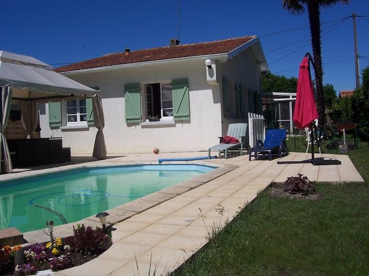 Chambre au calme, piscine terrasse et véranda