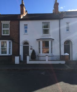 Double Room in a peaceful Cosy home,Great Location - Royal Leamington Spa - House