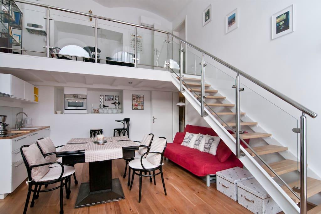 Wohnküche mit Stiegenaufgang zur Galerie